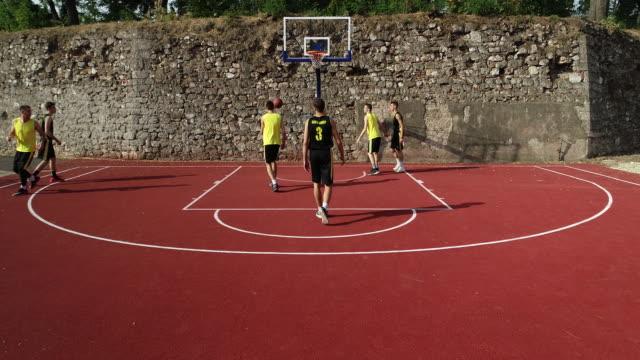 stockvideo's en b-roll-footage met mannen basketbalspel - sunny