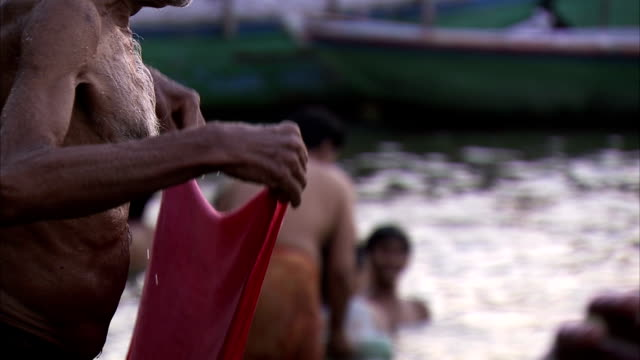 stockvideo's en b-roll-footage met men bathe in the river ganges. - bedevaart