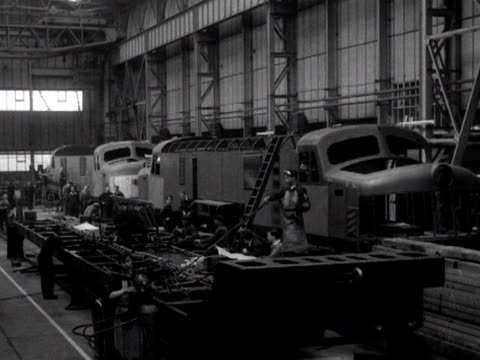 vídeos de stock, filmes e b-roll de men build new locomotives in the workshops of the newtonlewillows foundry in lancashire 1953 - indústria metalúrgica