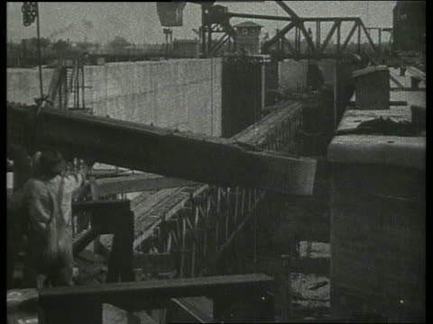 b/w men building canal / no sound - 1910 stock-videos und b-roll-filmmaterial