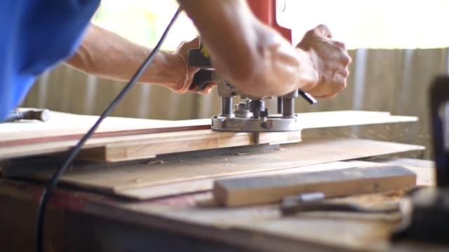 vídeos de stock, filmes e b-roll de homens carpinteiro trabalhando - serra circular
