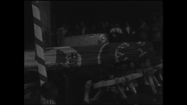 vídeos de stock, filmes e b-roll de men carry a large lantern onto the grounds of kannondo hall. - templo asakusa kannon