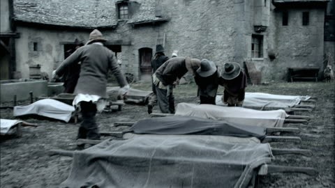 stockvideo's en b-roll-footage met men carry away stretchers with dead bodies on them. - epidemie