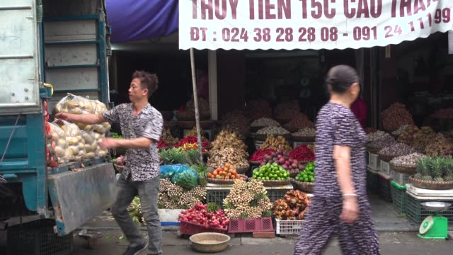 men carrying potatoes at vietnam thien thuat food market. - トルコ点の映像素材/bロール