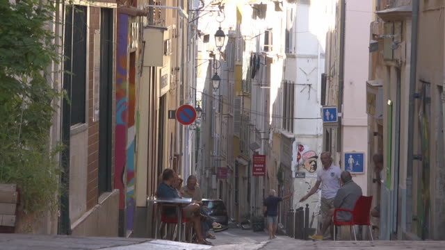 vidéos et rushes de men chatting in a street in quartier du panier - panier