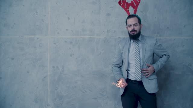 vídeos y material grabado en eventos de stock de diversión de navidad los hombres frente a muro de hormigón - pared de cemento