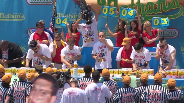 vídeos y material grabado en eventos de stock de wpix men competing in nathan's hot dog eating contest on july 04 2012 in new york new york - concursante
