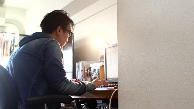 men concentrating on work at home - テレワーク点の映像素材/bロール