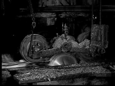 vidéos et rushes de 1927 b/w montage cu ms tu td pan men cutting and tying wood planks in saw mill, ontario, canada - bûcheron