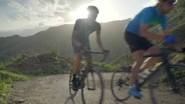 vidéos et rushes de men cycling on bicycles, riding on road bikes in italy. - vélo
