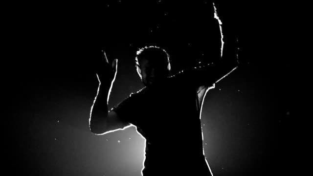 男性のダンス シルエット - グローワーム点の映像素材/bロール
