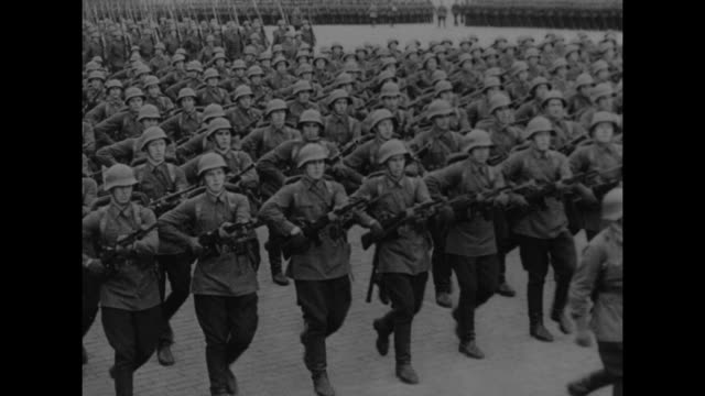 vidéos et rushes de men digging trenches in hyde park, london / men digging // russian soldiers marching in moscow / looking down on rows of military tanks on review in... - seconde guerre mondiale