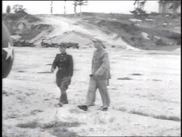 men disembarking helicopter / envoys meeting 3 north koreans in front of helicopter / envoys and north koreans walking away - 1951 bildbanksvideor och videomaterial från bakom kulisserna