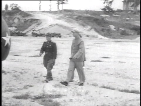 vídeos de stock, filmes e b-roll de men disembarking helicopter / envoys meeting 3 north koreans in front of helicopter / envoys and north koreans walking away - 1951