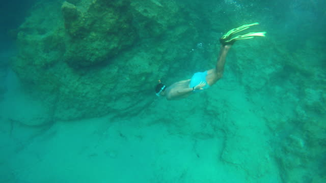Mannen duiken onderzeese