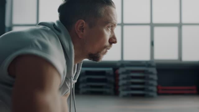 stockvideo's en b-roll-footage met mannen doen push-ups! - grote borstspier