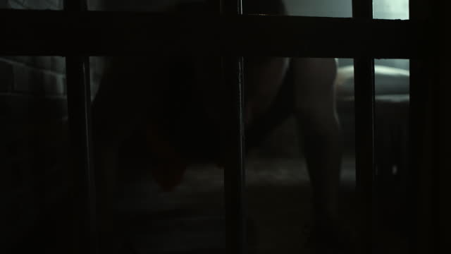 vídeos de stock, filmes e b-roll de homens a fazer flexões no chão na cela da prisão - grade de prisão