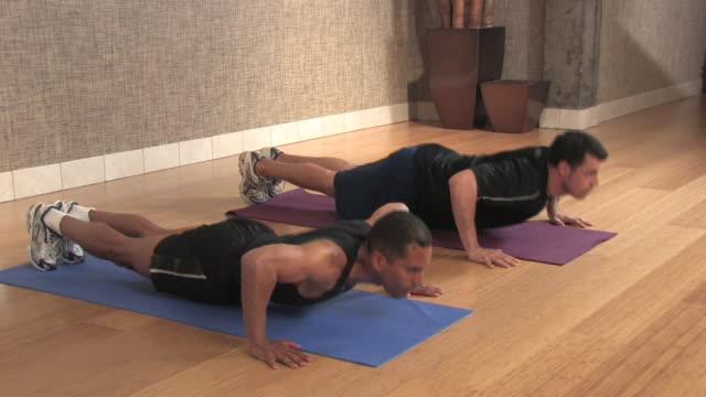 männer tun push-ups (hd-video - menschlicher muskel stock-videos und b-roll-filmmaterial