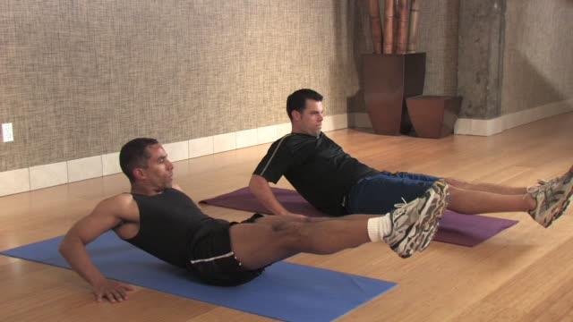 männer tun tuck-ups - menschlicher muskel stock-videos und b-roll-filmmaterial