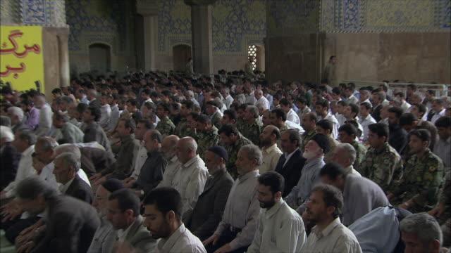 vídeos de stock e filmes b-roll de ws zi zo men during friday prayers in imam mosque, esfahan, iran - cara para baixo