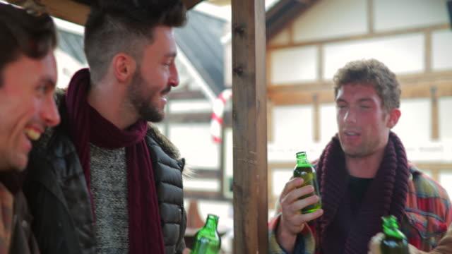 vídeos de stock, filmes e b-roll de os homens gozam uma cerveja juntos - neckwear