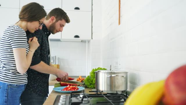 Mannen genieten van koken.