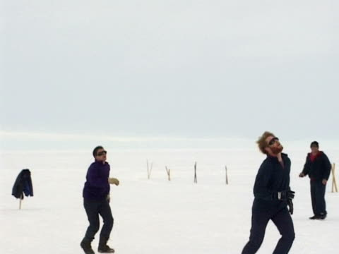 vidéos et rushes de men enjoying a game of football in the snow. filmed at the british antarctic survey's halley research station, on the brunt ice shelf on the weddell sea, antarctica. (ntsc pal 4x3 anamorphic; h264 mpeg4 16x9 square) audio available on masters. - antarctique