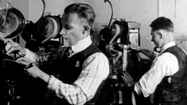 vidéos et rushes de men filming movie scene / motion picture studio / men threading motion picture cameras - caméra de cinéma