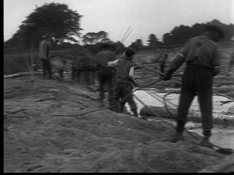 vídeos y material grabado en eventos de stock de 1927 b/w montage ws pan men freeing logs trapped along river, ontario, canada - industria forestal