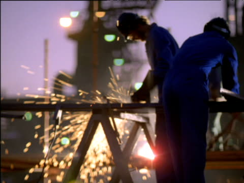 vídeos de stock e filmes b-roll de men grind and weld metal, south africa - enfeites para a cabeça