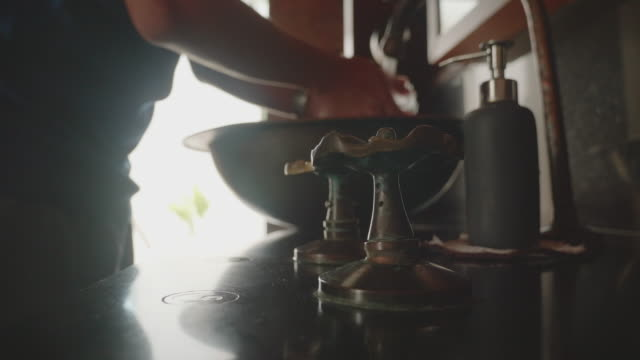 vídeos de stock e filmes b-roll de men hand being washed in the sink / washbowls. - porta sabonete líquido