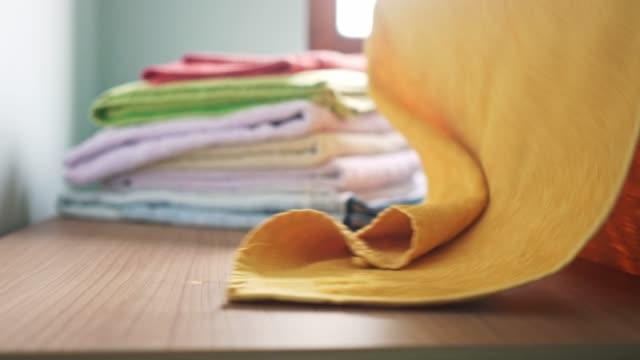 男性の手が完璧にタオルを折りたたみ - たたむ点の映像素材/bロール