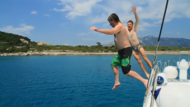 HD-ZEITLUPE: Männer, die Spaß und springen ins Wasser