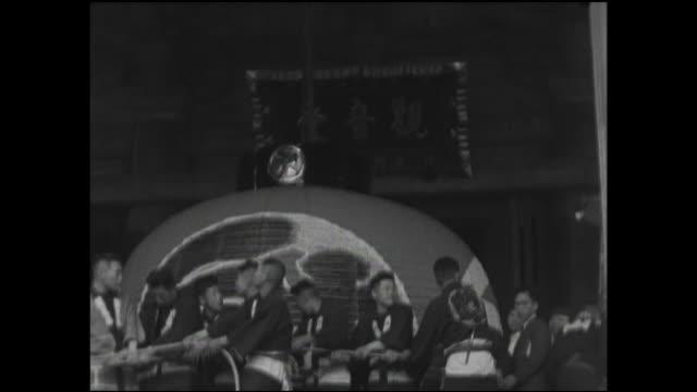 vídeos de stock, filmes e b-roll de men hoist a large lantern in preparation for a dedication ceremony. - templo asakusa kannon