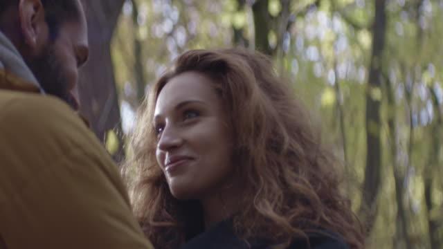 vidéos et rushes de homme tenant sa petite amie dans la forêt. - cheveux frisés