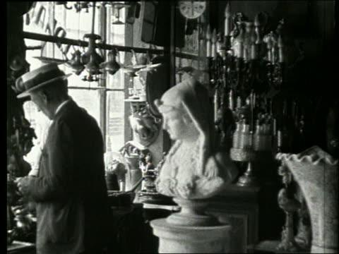 vídeos de stock, filmes e b-roll de b/w 2 men in antique store / 1915 new orleans / no sound - antiquário loja