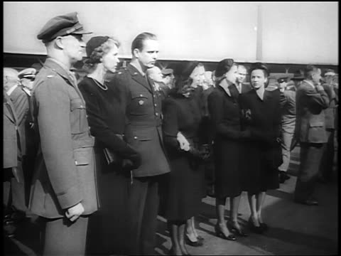 vídeos de stock, filmes e b-roll de b/w 1945 men in uniform women in black / fdr's funeral / newsreel - um do lado do outro