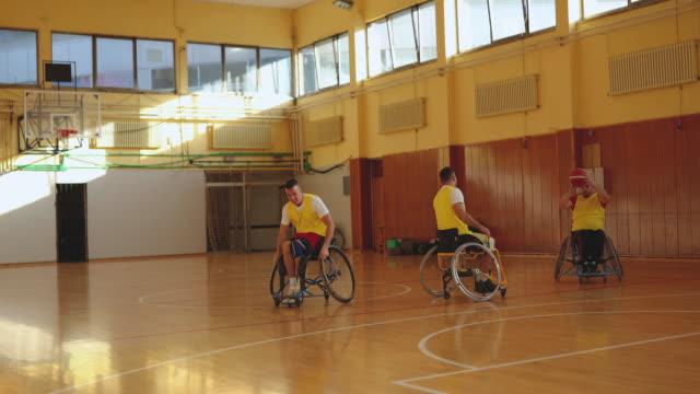 vídeos y material grabado en eventos de stock de hombres en silla de ruedas jugando para el baloncesto - jugador de baloncesto