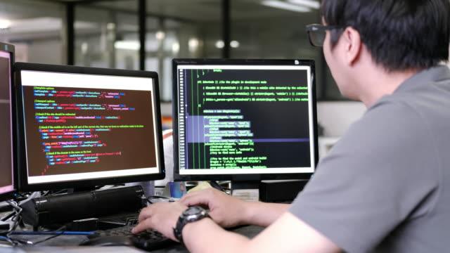vidéos et rushes de hommes est code de programmation - deux objets