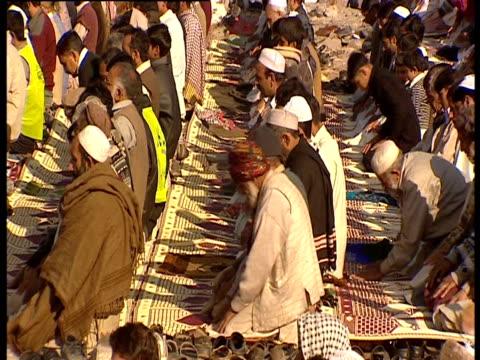 vídeos y material grabado en eventos de stock de men kneel in prayer - alfombra de oración
