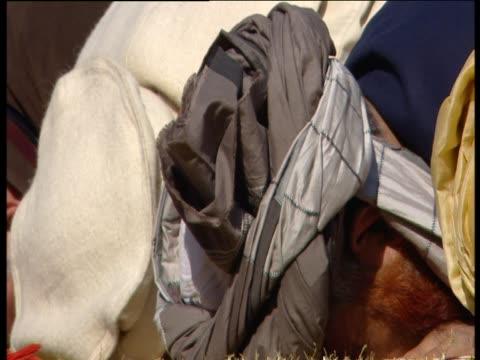 vídeos de stock e filmes b-roll de men kneeling on the ground to pray - ajoelhar