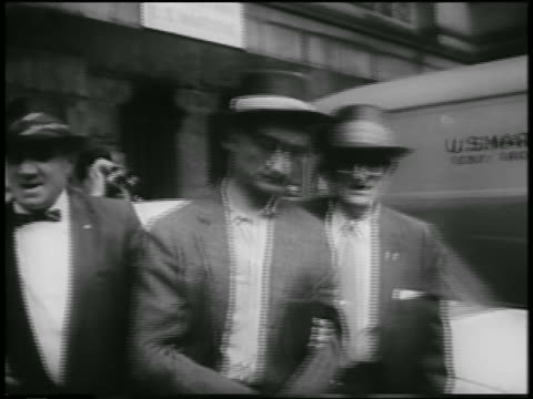 vídeos y material grabado en eventos de stock de b/w 1957 men leading soviet spy colonel rudolf abel in handcuffs outdoors / newsreel - 1957