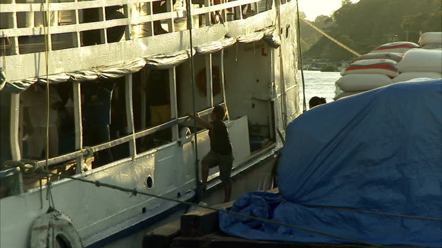 men load large sacks onto a ferry in brazil. available in hd. - ferry stock videos & royalty-free footage