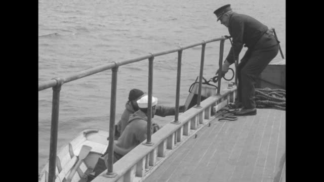 vidéos et rushes de of men loading crates of liquor onto a boat / vs schooners floating in the water, with one of them loaded with thousands of crates of liquor / note:... - prohibition