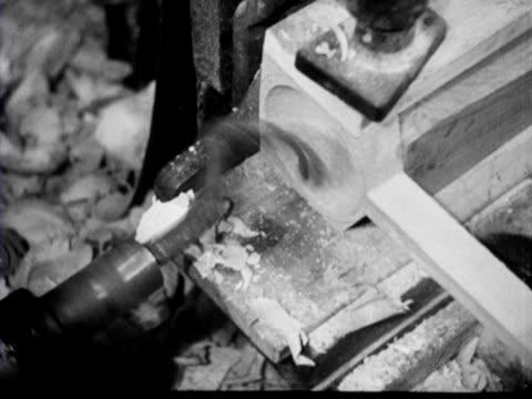 vídeos de stock, filmes e b-roll de men make wooden spoons - faqueiro