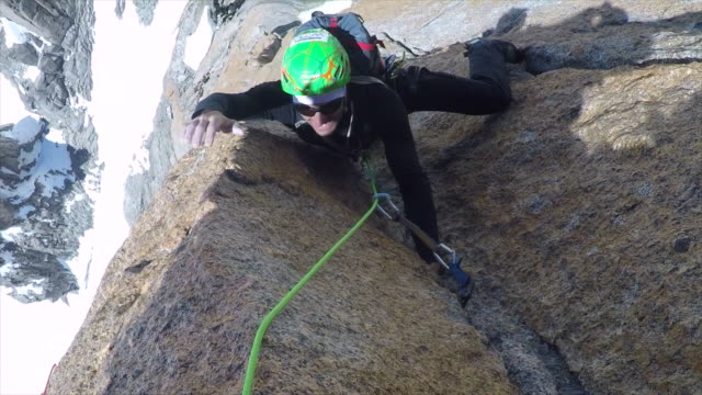 vidéos et rushes de men mountain climbers rock climbing. - slow motion - escalade