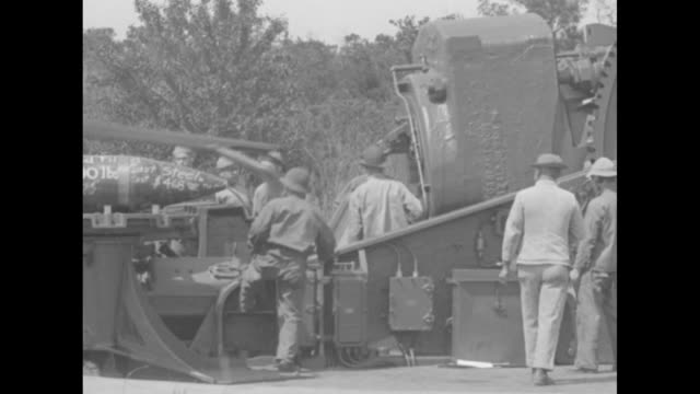 men moving in unison with a large ramrod / several men breech-loading coastal artillery cannon with a large shell and gunpowder charge / the massive... - gunpowder explosive material stock videos & royalty-free footage