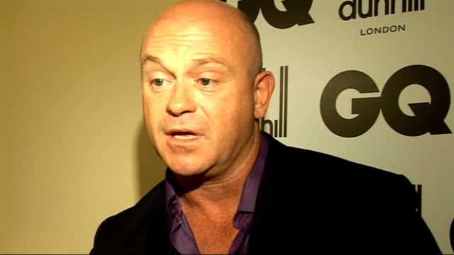 men of the year awards 2009; ross kemp saying 'hi' as grimacing and holding up award ross kemp interview sot - on winning an award for something... - seifenoper stock-videos und b-roll-filmmaterial