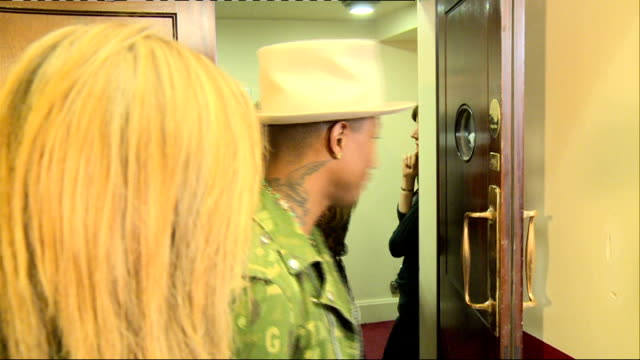 arrivals and interviews williams posing with gq award / pharrell williams and cara delevingne towards into room then williams posing with award and... - oscar verleihung stock-videos und b-roll-filmmaterial