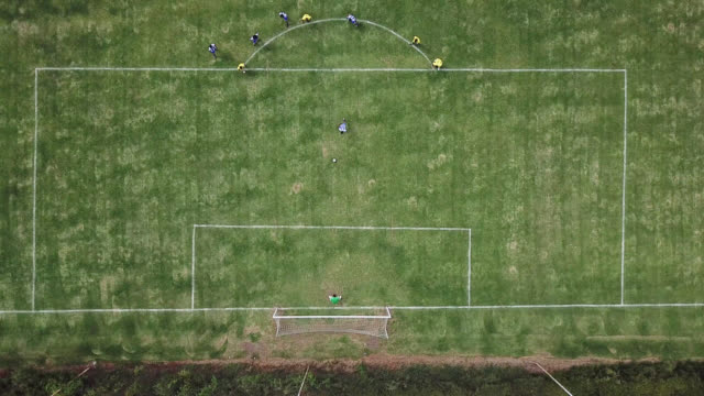 vídeos de stock e filmes b-roll de men on a soccer match scoring a goal - drone point of view - futebol